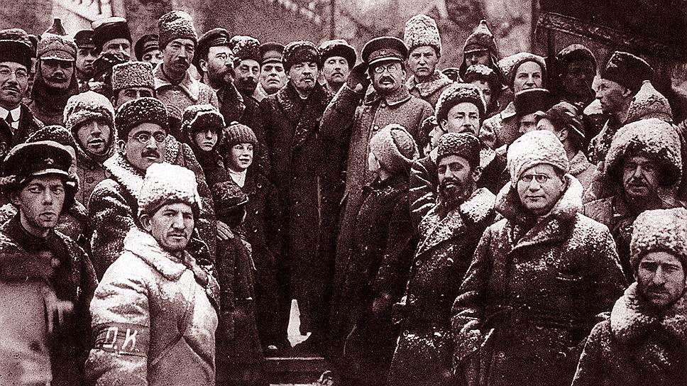 """Так выглядел один из первых парадов в советской России: Владимир Ленин и Лев Троцкий (в центре) инспектируют """"красные отряды"""""""