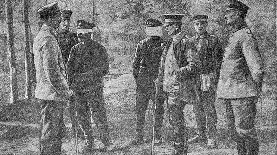 Переговоры, предшествовавшие подписанию документа, для русских были обставлены унизительными процедурами:   офицерам-парламентерам, прибывавшим из-за линии фронта, немцы завязывали глаза — это было условием прохода через германские оборонительные линии