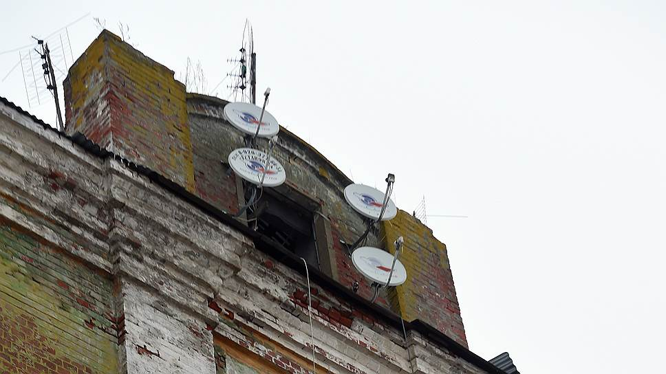 В казармах, которые были построены сто лет назад для ликинской мануфактуры, до сих пор живут люди. Крыша протекает, зато есть телевидение