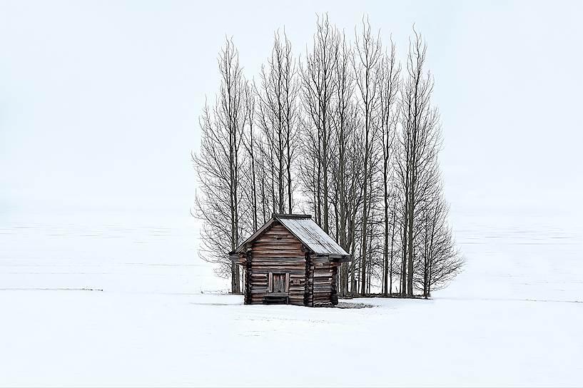 Неповторимую атмосферу Кижей создают не только церкви и дома, но и амбары, риги, заборы, свезенные со всего Заонежья. Без этих мелких сооружений картина была бы неполной