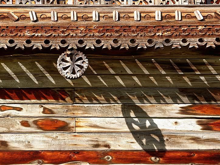 Дом Яковлева приехал из деревни Клещейлы Пряжинского района, из мест, где живут карелы. Эти резные розетки— типичный карельский элемент декора