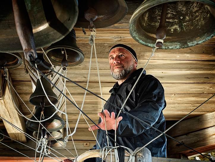 Игорь Хуттер — один из тех, кто в 1989 году возрождал в Кижах традиции колокольного звона. Он многократный победитель на российских конкурсах звонарей