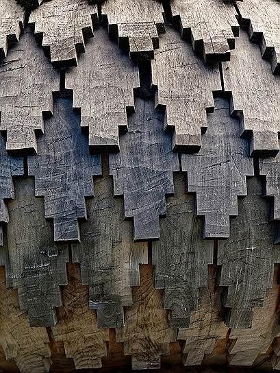 Кижские купола крыты лемехом— так на Руси традиционно называют деревянную черепицу за внешнее сходство с одноименной частью плуга