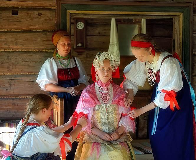 Заонежская свадьба — костюмы и обряды исторические, а молодожены вполне реальные, они действительно женятся. Невесту, уроженку здешних мест, обряжают сотрудницы музея