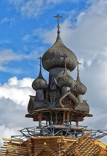 Пока идет реставрация, вся конструкция церкви Преображения Господня держится на металлическом каркасе. Часть главок разобрана