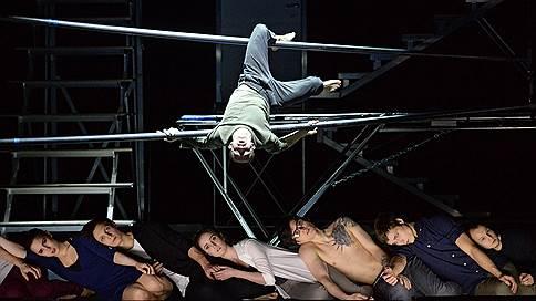Выход через сцену  / Московский театр мюзикла освоил цирковое искусство