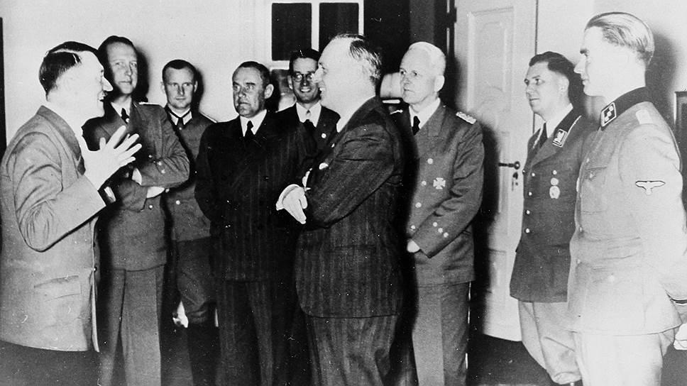 Адольф Гитлер и министр иностранных дел Германии фон Риббентроп. 24августа 1939года