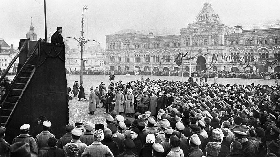 1-ю годовщину Октябрьской революции Владимир Ленин встретил не в Петрограде, а уже в Москве, на Красной площади