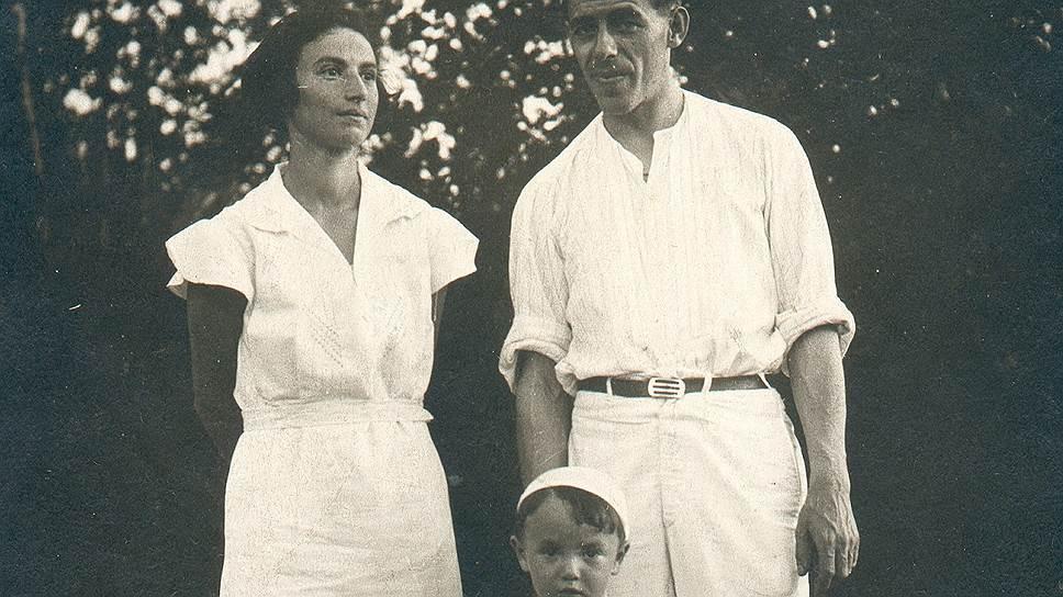 Отец будущего барда был по специальности гидрографом (на фото— с родителями) 1930-е годы