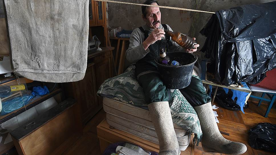 Зимой Алексей Иванов потихоньку перерабатывает старые бутылки на дому