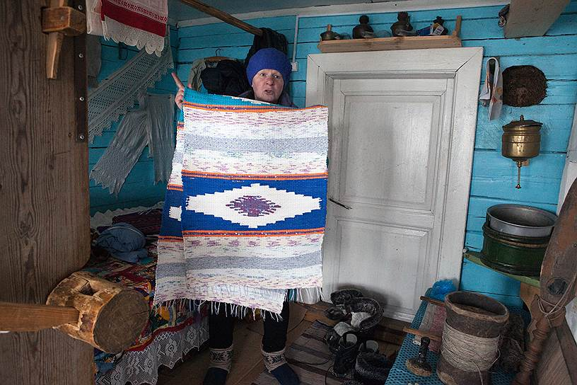 Надежда Семенова в своем музее поморского быта проводит мастер-классы по ткачеству