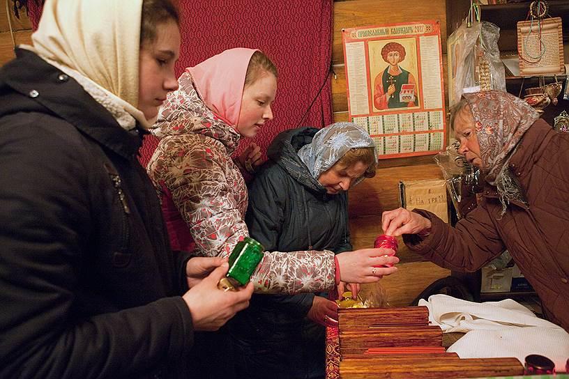 В поморском селе Нюхча, что в Карелии, жительницы присматривают за церковью Николая Чудотворца. Священник добирается до их мест время от времени