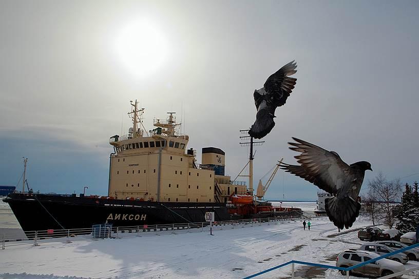 Поморы заселили побережье Белого моря примерно в XVI веке. Сегодня это территории Архангельской, Мурманской областей и Карелии. Столицей Поморья считается Архангельск (в кадре — ледокол «Диксон» в городском порту)