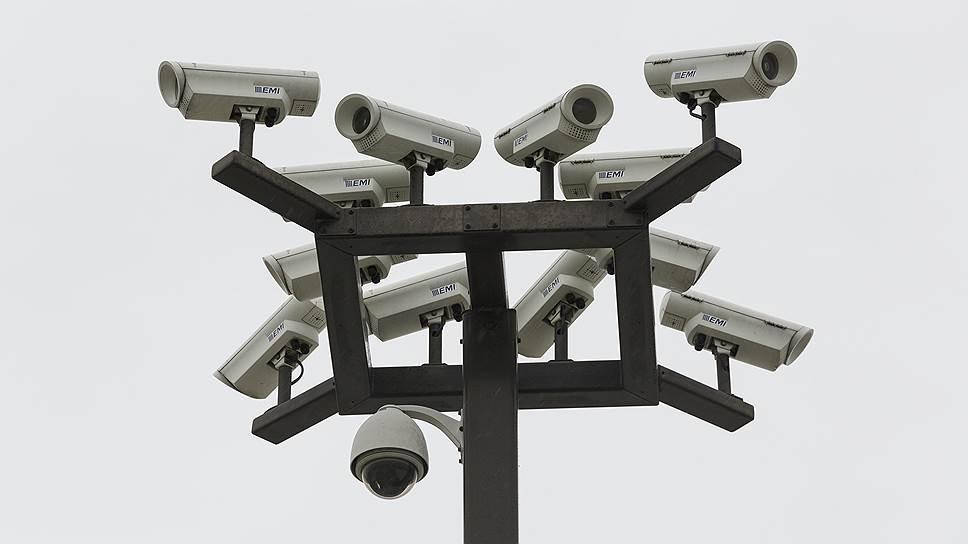 Камеры сегодня, кажется, повсюду. Появились даже модели, способные распознавать человеческие лица. Однако в России по-прежнему технике предпочитают «живую силу»: в нашей стране 1,5 миллиона частных охранников