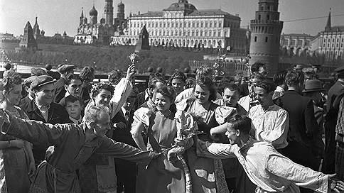 1 Мая. Праздничные гуляния на Большом Москворецком мосту в Москве // Альбом 1950 г.