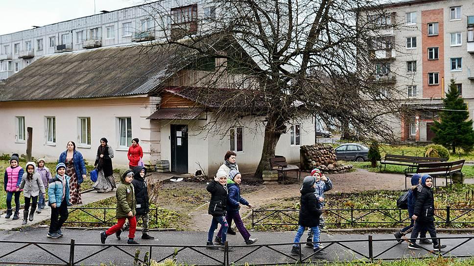 От табора до школы в соседнем поселке около 5 км пути. Дети цыган занимаются в отдельном здании. Но часть уроков у них проходит в основном корпусе школы, куда они направляются шумным строем в сопровождении учителя и мам