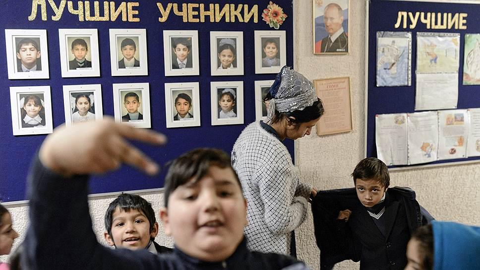 В крупнейшем таборе России, под Петербургом, близ станции Пери, уже несколько десятилетий живут около полутора тысяч цыган. Там они работают, играют свадьбы и рожают детей