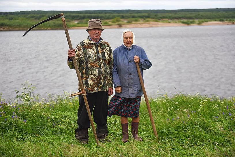 Иван и Таисия Потроховы живут в деревне Дорогорское Мезенского района. Ивану 91 год, Таисии — 87. Во время войны оба рыбачили, сдавали рыбу государству. После войны Иван развозил по всему району почту на моторной лодке. Таисия работала поваром в школе-интернате