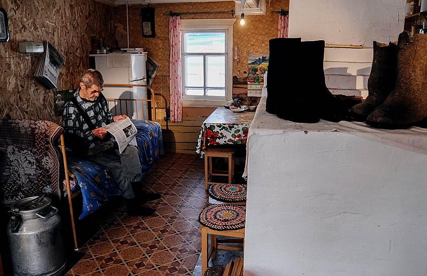 Геннадий Белоусов живет в Верколе Пинежского района. Ему 90. Когда началась война, он болел костным туберкулезом, на фронт его не взяли, работал в артели. После победы трудился слесарем, механиком, печником