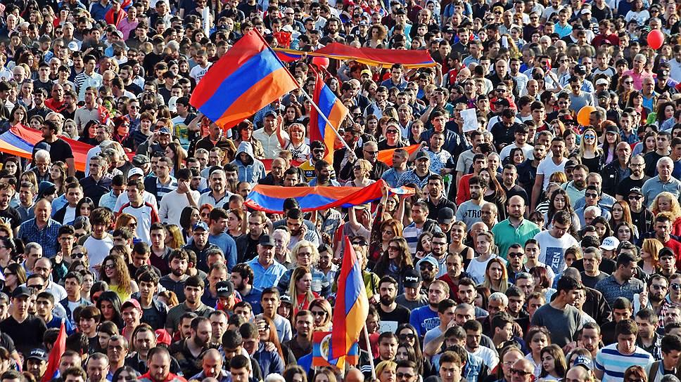 """Главным объединяющим лозунгом для сотен тысяч людей стал призыв """"Пусть уйдут!"""""""