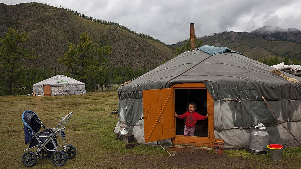 Кочевая стоянка в долине реки Качык. Если две юрты стоят рядом, значит, здесь живут два поколения одной семьи