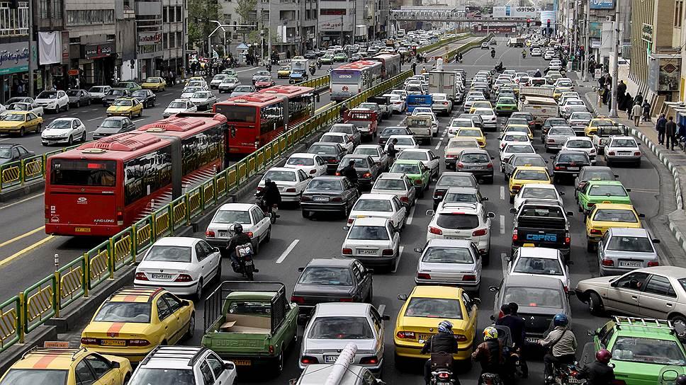 Тегеран вытянут с юга на север. Вежедневных пробках здесь люди теряют многие часы