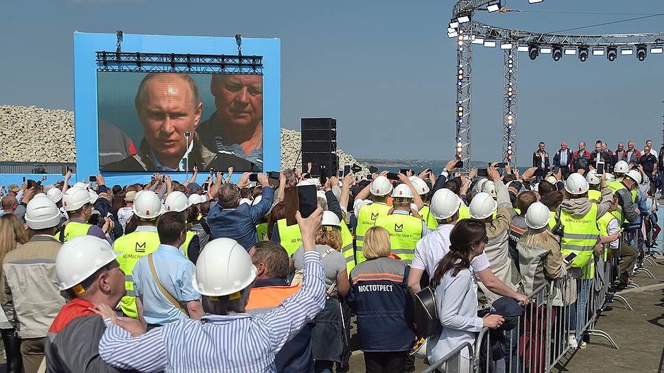 Особенно активно праздник открытия отмечали строители, их здесь более 10тысяч
