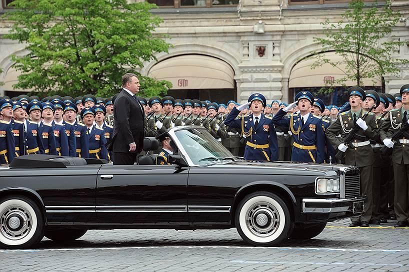 Москва, Красная площадь, 2012год. Министр обороны России Анатолий Сердюков (в центре) принимает парад