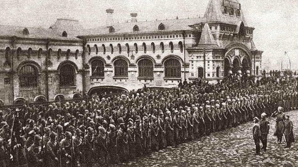 Построение частей Чехословацкого корпуса во Владивостоке перед отправкой морем на родину. Позади тысячи верст пути по Транссибу и объятая пожаром Гражданской войны Россия, к которой легионеры сочувствия не испытывали. Хотя и были причастны ко многим случившимся в ней несчастьям
