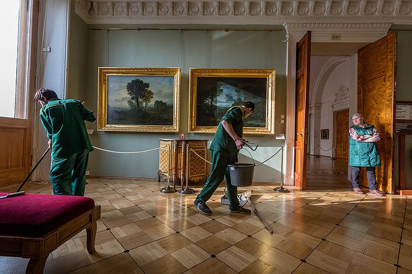 «Скрытая жизнь Эрмитажа». Юрий Молодковец, Санкт-Петербург. Не замеченные миллионами посетителей Эрмитажа люди обеспечивают работу гигантского музея: моют, чистят, охраняют, грузят, реставрируют. Это особый мир