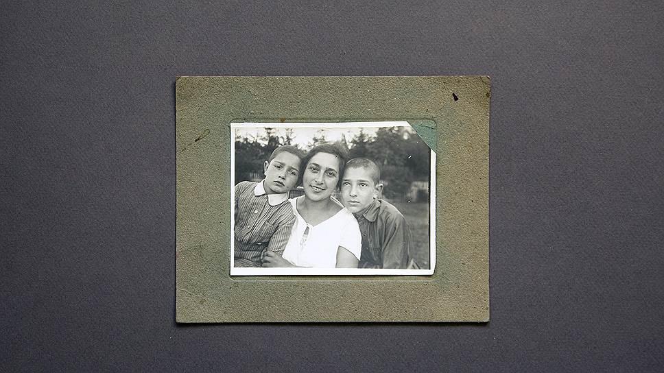 Лето 1928 года. Сергей (слева) с мамой и старшим братом Яковом на летнем отдыхе за городом