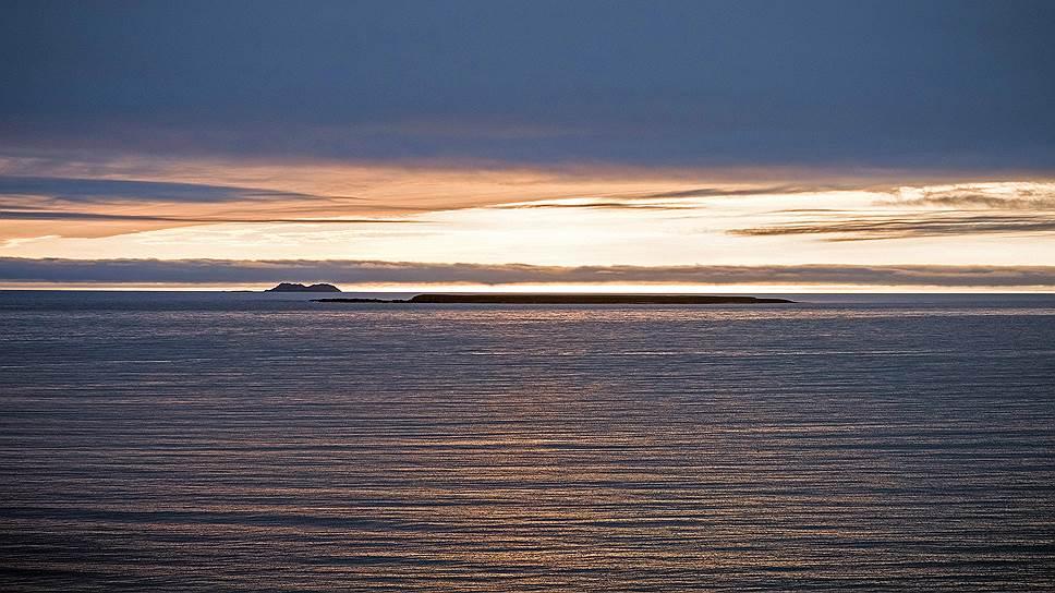 С острова Беринга открывается живописный вид на соседние малые острова— Топорков и Арий Камень