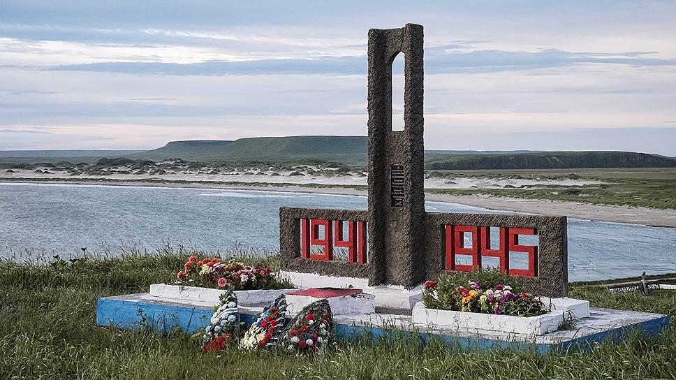 Памятник жертвам Великой Отечественной войны как напоминание о связи удаленного острова с Большой землей