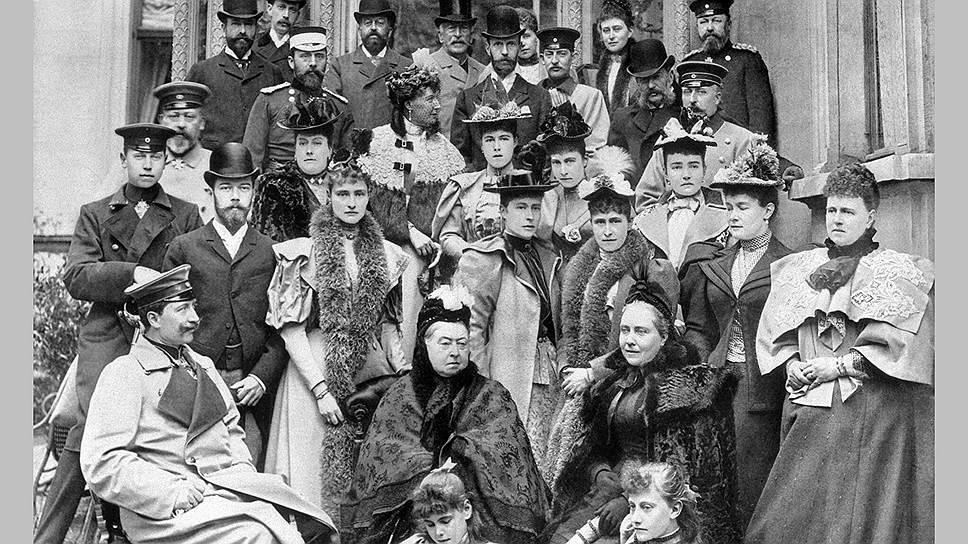 Николай II (второй слева) c супругой (третья слева) на встрече с английской родней по случаю 75-летия королевы Виктории