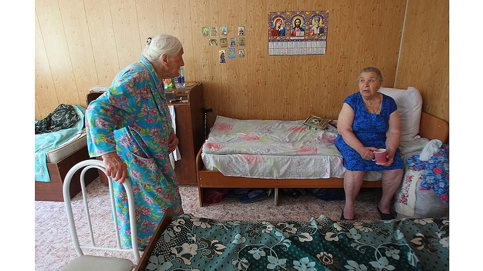 Елена Спиридоновна и Раиса Александровна ждут, когда появятся деньги на ремонт здания, где у них будут отдельные комнаты