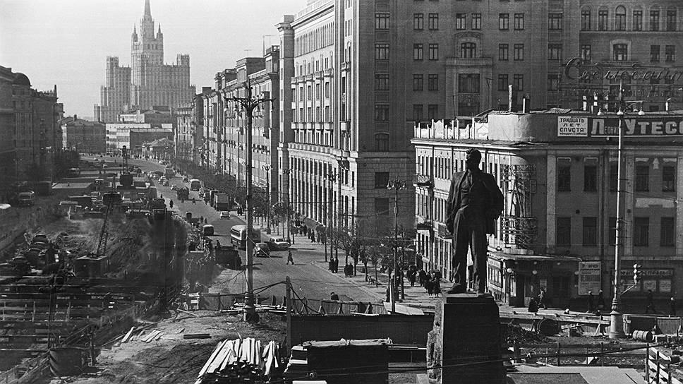 Строительство площади и памятника Маяковского. «Огонек», 1960год