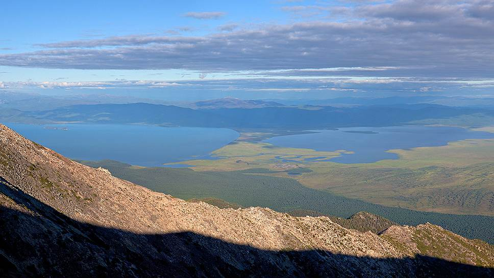 Панорама с вершины полуострова Святой Нос. Слева направо: Чивыркуйский залив, озеро Арангатуй, Баргузинский залив