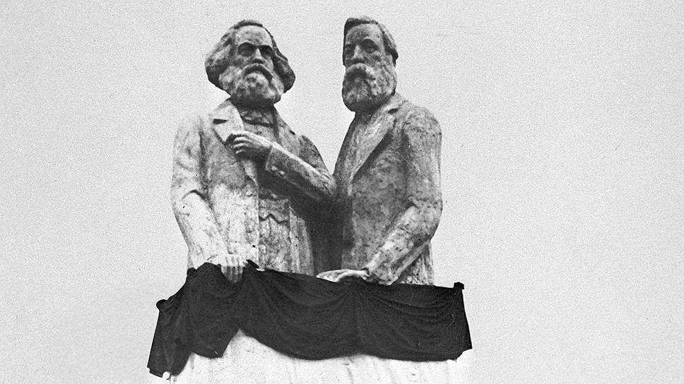 7 ноября 1918 года Ленин открыл один из первых большевистских памятников Марксу и Энгельсу. За низкое художественное качество Луначарский окрестил монумент «Маркс и Энгельс в ванной»