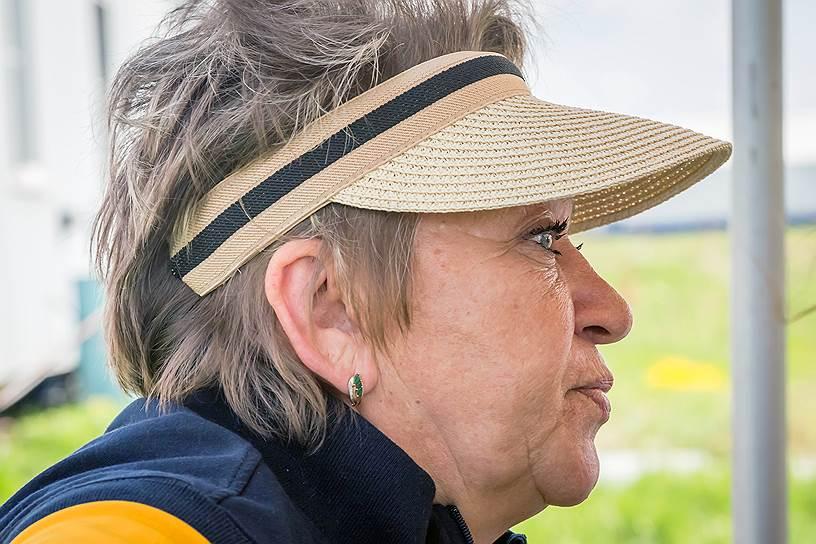 Лидия Ардасенова — тренер команды. Своих подопечных она понимает как никто другой. «Пока человек борется, он живет, как только сдался — умирает»,— считает Лидия. После прыжков в тандеме (с инструктором) новички не только получали массу эмоций, но и переосмысливали свой жизненный опыт