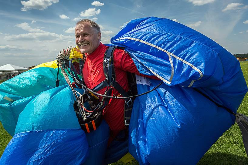 Александр Бычков, 55 лет, служил в военно-транспортной авиации, сейчас в отставке. Ногу потерял во время службы в армии, попав в автомобильную аварию. «Мне нравится прыгать. Поднимаешься в воздух, вокруг красиво — небо, облака, приятно выступать на соревнованиях, когда что-то получается и ты добиваешься результата»