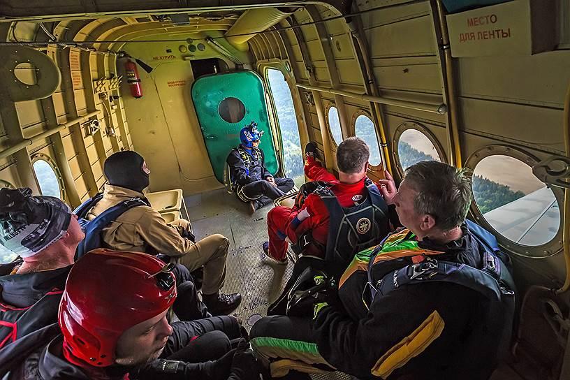 Многие из парашютистов совершили уже несколько сотен прыжков