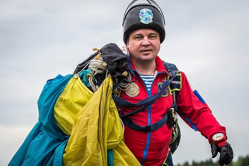 """Вячеслав Клец, 49 лет, юрист. Офицер-десантник в запасе. Получил травму, после которой ему ампутировали левую стопу. «У меня в жизни было несколько случаев, когда то, что в принципе было нельзя, оказывалось возможным. В жизни иногда нужно не просто """"летать"""", а совершать """"высший пилотаж""""»"""