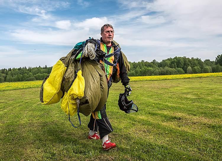 Дмитрий Антонов, 51 год, технолог. Парашютным спортом занимается 35 лет. 15 лет назад на 500-м прыжке при жестком приземлении ему оторвало ступню. После года, проведенного в больнице, вернулся на аэродром. В 2011 году начал заниматься групповой акробатикой в команде спортсменов-парашютистов с ограниченными возможностями