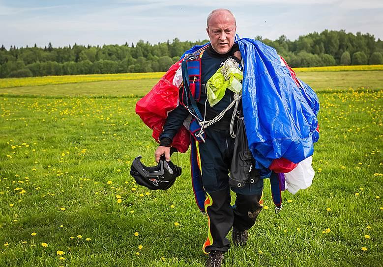 Юрий Исаков, 50 лет, военнослужащий. Из-за травмы потерял ногу. У него более 600 прыжков. «Я всегда восхищался людьми, которые окружали меня на аэродроме. Они иначе общаются между собой, более внимательны друг к другу, тактичны, доброжелательны. Их объединяет небо, а оно зла не терпит»