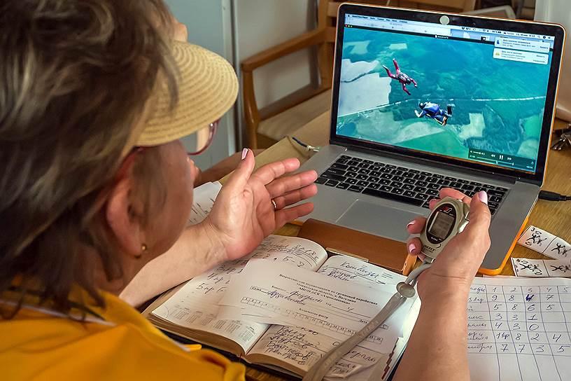 Тренер команды парашютистов по видеосвязи отслеживает выполнение фигур