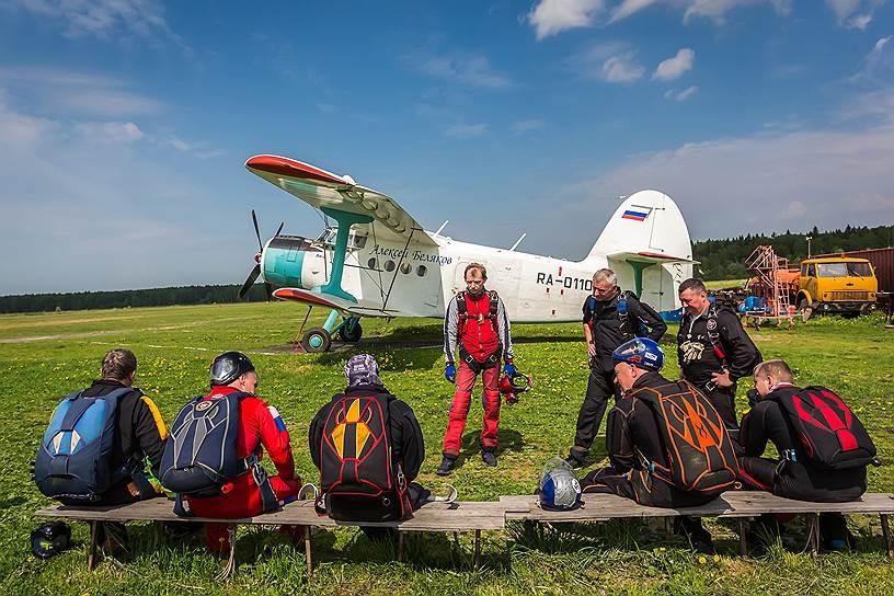 Парашютисты ожидают посадки в самолет. Понять, кто из них с ограниченными возможностями, практически невозможно