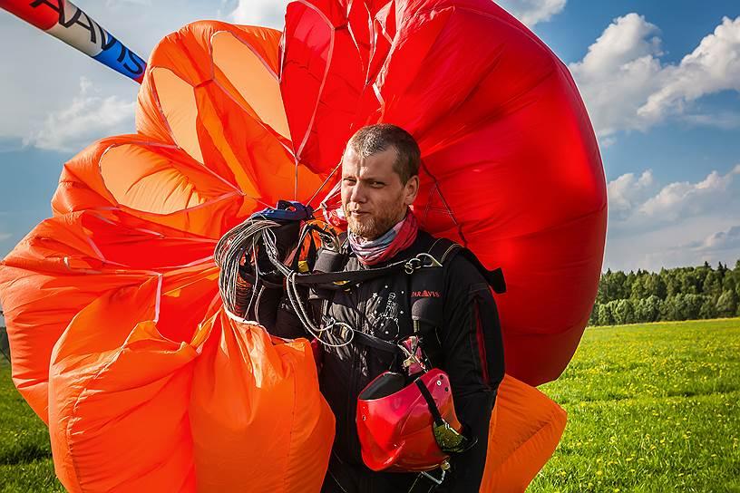 Александр Ауров, 34 года, инженер. Александр не слышит, общается с тренером и командой письменно. Прыгать с парашютом начал восемь лет назад. Мечтает освоить еще два вида парашютного спорта — пилотирование и бейсджампинг (прыжки с парашютом с фиксированных объектов)