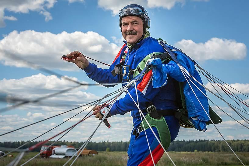 Сергей Андреев, 58 лет, бизнесмен. В Афганистане потерял ногу. На его счету более 1700 прыжков. «Я начал прыгать, чтобы доказать себе — травма не изменила мою жизнь. Страх перед высотой естественен. Но страх стимулирует. Каждый прыжок неповторим, и меня это привлекает»