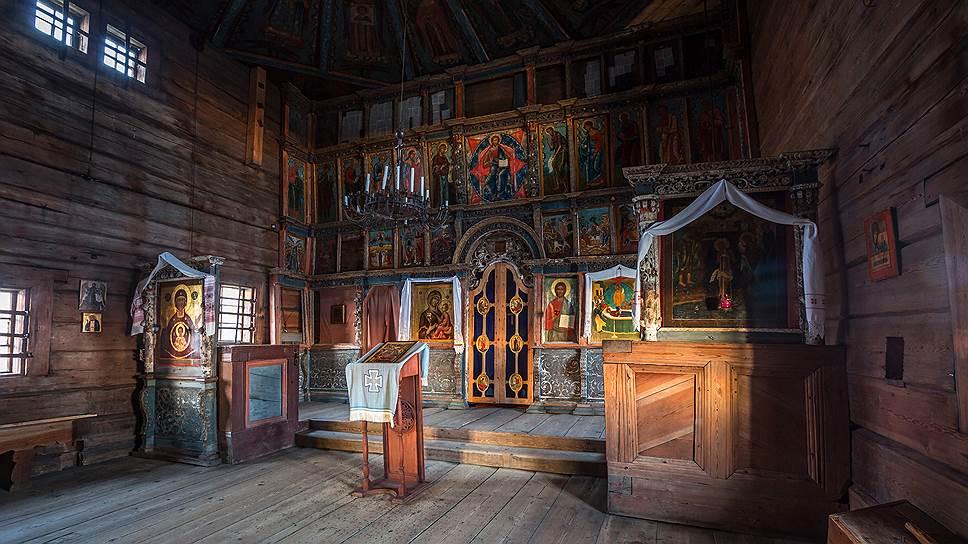 Иконостас. Окна в храме были расположены так, что солнце падало на лик каждого святого в свой черед в зависимости от времени года и церковного праздника