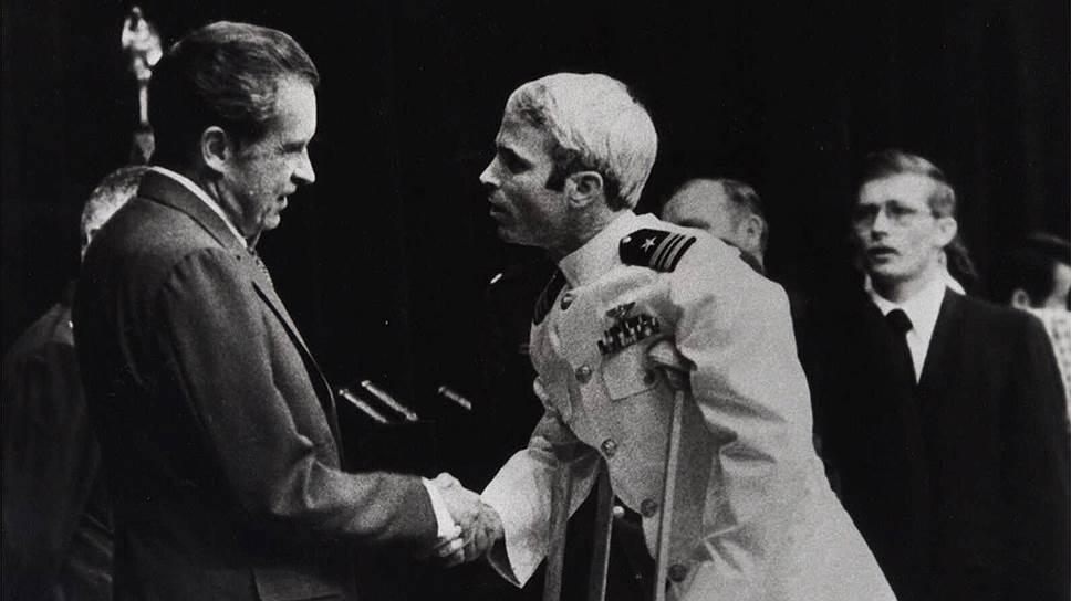 Вернувшийся из вьетнамского плена ветеран и президент США Никсон— с этого фото началась политическая карьера будущего сенатора